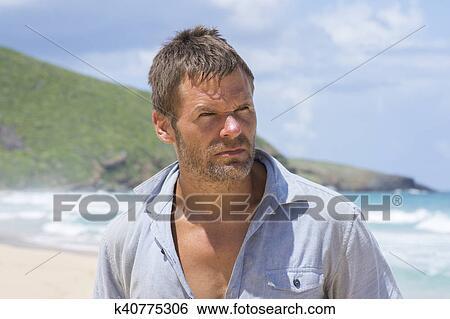 Accidentato naufrago uomo su isola abbandonata archivio