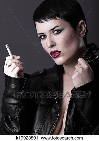 Frau raucht nackt