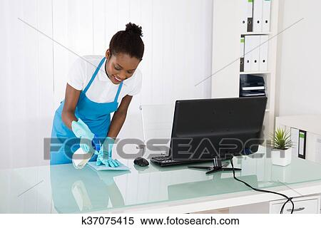 Banque d image femme concierge nettoyage bureau à chiffon