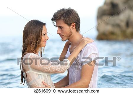 Jeune Couple Amoureux Regarder Autre Baigner Dans Les Mer