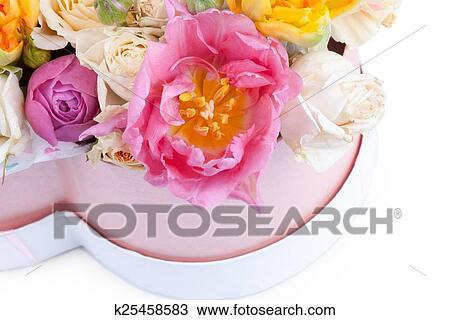 Banque De Photo Bouquet Fleur Dans A Boite Forme Coeur Isole