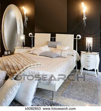 Chambre à coucher, moderne, argent, ovale, miroir, blanc, lit Banque d\'Image