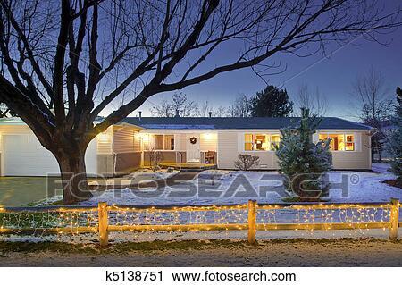 Haus Weihnachtsbeleuchtung.Haus Mit Weihnachtsbeleuchtung Auf Zaun Stock Bild