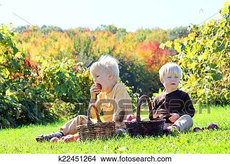 Kinder Picknick Tafel : Stock foto junge kinder haben frucht picknick an apfel