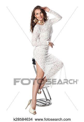 Mujer con vestido blanco transparente