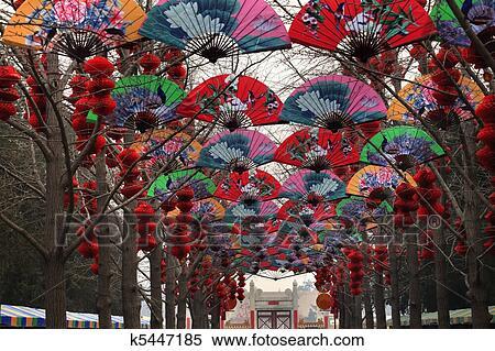 Decorazioni Con Lanterne Cinesi : Decorazione rossa cinese delle lanterne del cielo in tempio cinese