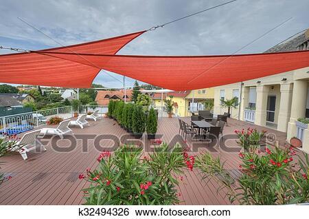 Stock afbeeldingen terras in zomer met schaduw zeilen