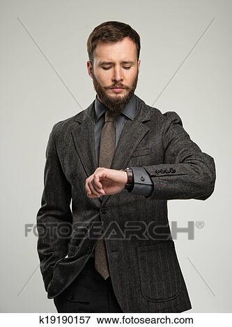 Guapo Bien Vestido Hombre Con Barba El Mirar El Suyo Reloj De