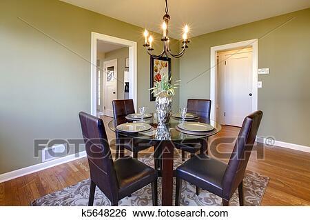 Stock Afbeeldingen - klassieke, eetkamer, met, leerstoelen, en, glas ...