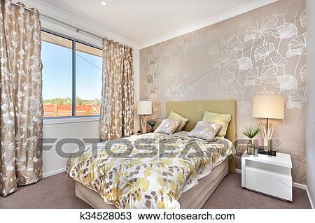Moderne Chambre à Coucher à A Maître Lit Et Léger Brun Couleur Rideau Décorations De A Luxe Maison Banque D Image