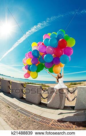 Stock Fotografie Gelukkige Verjaardag Vrouw Tegen De Hemel
