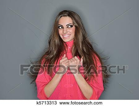 2d00a6f3ec Giovane, carino, donna sorridente, con, lungo, capelli, vestito, in, rosa,  camicetta, anello, lampo, studio, ritratto, su, grigio Archivio Immagini