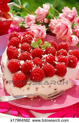Himbeer Kuchen In Herz Gestalt Stock Foto K17964582