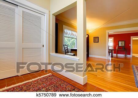 Nett, groß, offenes, hausflur, und, wohnzimmer, mit, rote wand Stock Foto