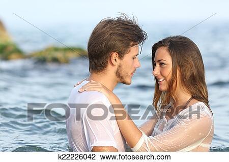 Jeune Couple Amoureux Baigner Dans Les Mer Banque D Image