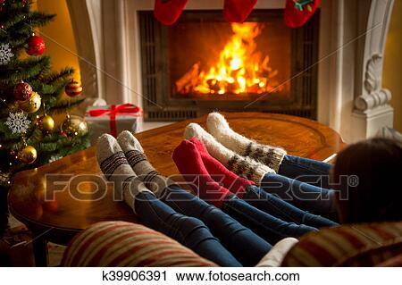 Archivio fotografico - piedi, di, famiglia, in, woolen, calzini ...