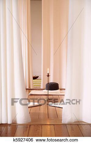 https://fscomps.fotosearch.com/compc/CSP/CSP592/meditatie-kamer-met-witte-gordijnen-stock-afbeeldingen__k5927406.jpg