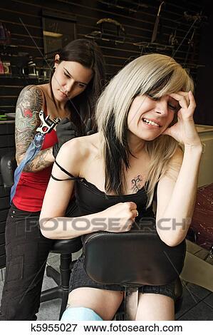 image - épaule, tatouage, douleur k5955027 - recherchez des photos