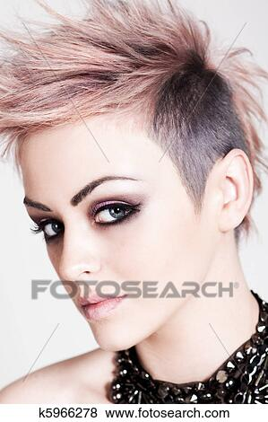 Attraktive Junge Frau Mit A Punker Frisur Stock Foto