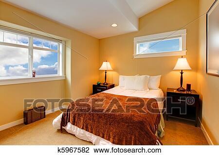 banque de photo chambre coucher jaune moutarde peinture et brun literie k5967582. Black Bedroom Furniture Sets. Home Design Ideas