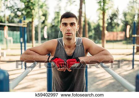 7ad14824368b ... en, barras paralelas, vista delantera, al aire libre, condición física,  workout., fuerte, deportista, en, deporte, entrenamiento, en el  estacionamiento