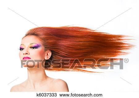 Vrouw Met Lang Rood Haar Het Wapperen Op Wind Stock Afbeelding