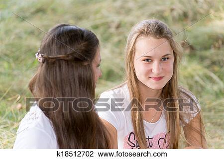 Stock Foto Zwei Mädchen Von 14 Jahre Auf Dass Natur