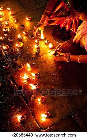 Banque De Photo Gens Brule Lampes Huile Comme Religieux