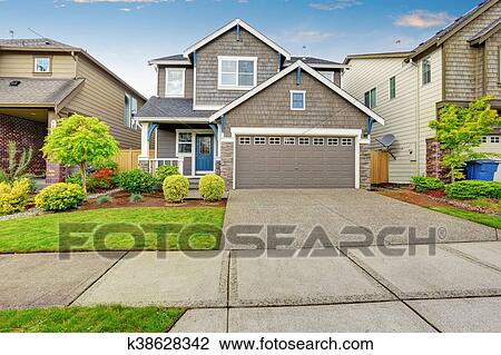 Nice Curb Eal Of Two Level House