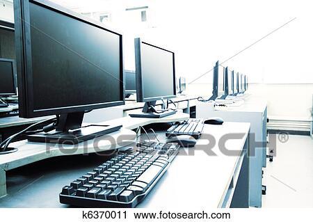 Stock Fotografie Arbeitsplatz Zimmer Mit Computer In Reihe