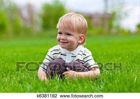 Colecci n de foto sonriente ni o peque o sentado en - Foto nino pequeno ...