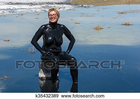 Banos Lago.El Mujer Accepts El Curativo Banos De Barro En El