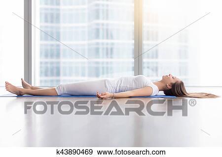 joven atractivo mujer en cadáver postura contra