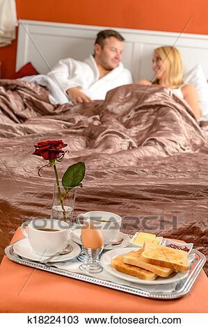 Colazione A Letto Romantica.Coppia Felice Dire Bugie Letto Romantico Colazione Albergo