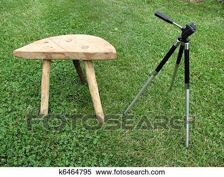 Archivio immagini uno piccolo sedia con tre gambe k6464795