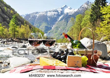 image vin rouge fromage et raisins servi a picnic verzasca vall e suisse k6483237. Black Bedroom Furniture Sets. Home Design Ideas