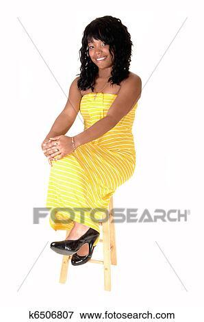 se vestido fondo sentar mujer silla amarillo largo y oscuridad blanco sobre  hermoso Un una en ... 2c2b5e66d91a