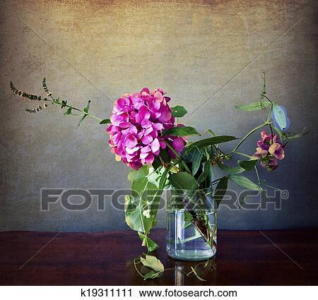 stock fotografie hortensie in glas vase mit grunge und altmodisch effekte k19311111. Black Bedroom Furniture Sets. Home Design Ideas