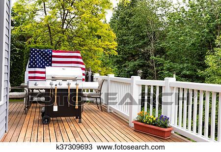 Stock foto thuis buiten terras met bbq cooker het bereiden