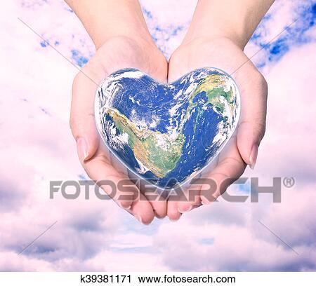 Clipart - mundo, en, forma corazón, con, encima, mujeres, manos ...