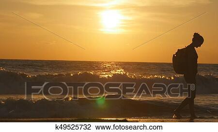 7acd2bf4d Joven, hembra, turista, con, mochila, el caminar adelante, mar, playa, en,  sunset., hermoso, joven, viajero, mujer, yendo, en, océano, orilla, en,  sunrise., ...