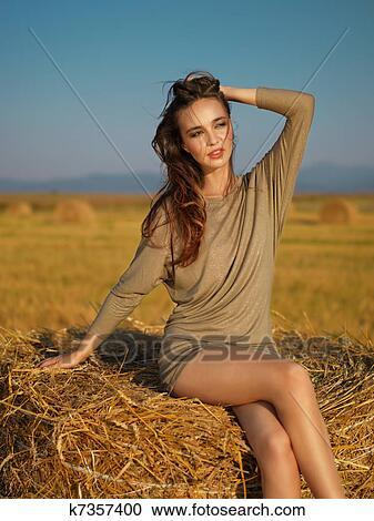 966b6b8e40477 Arquivos de Fotografia - mulher jovem, desfrutando, verão, brisa, feno,  pilha