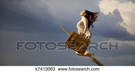 Heks Op Bezem Storm.Jonge Brunette Heks Op Bezem Vliegen Weg Stock Afbeelding