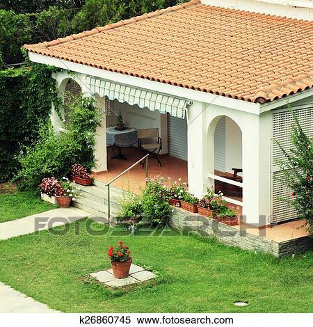 Hermoso Casa Blanca Con Pequeño Terraza En El Garden Banco De Fotografías
