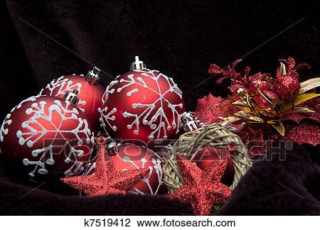 Kerstdecoraties Met Rood : Rood thema kerst decoraties tegen donker fluweel achtergrond