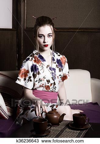 a, geisha, et, préparer, thé, ceremony., geisha, maquillage, et,  cheveux, habillé, dans, a, kimono., les, concept, de, traditionnel,  japonaise, valeurs