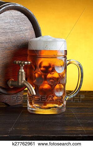 Baril bière, à, énorme, verre bière Banque d'Image