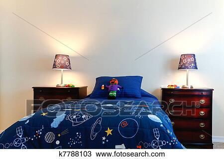 Blauwe Slaapkamer Lamp : Stock foto blauwe jongens bed met twee lampen in een