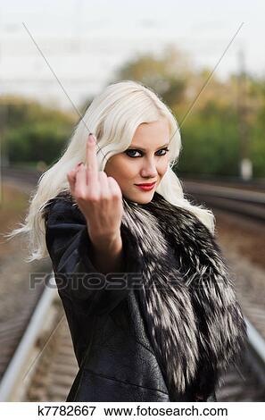 Verführerisch Junges Mädchen Ausstellung Mittlerer Finger Fuck
