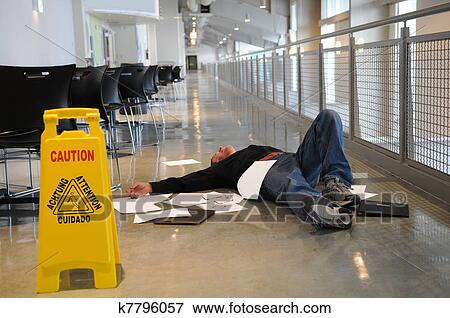 Immagine uomo caduto su pavimento bagnato k7796057 cerca